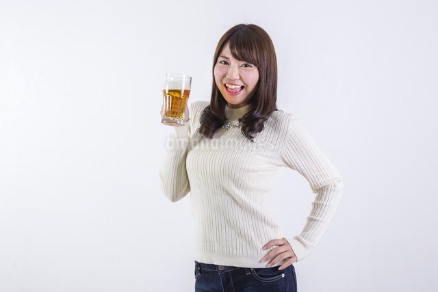 ビールを飲む女性の写真素材 [FYI04260807]
