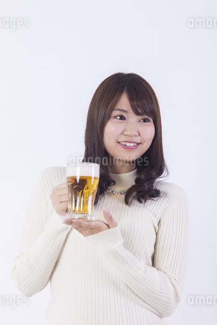 ビールを飲む女性の写真素材 [FYI04260808]