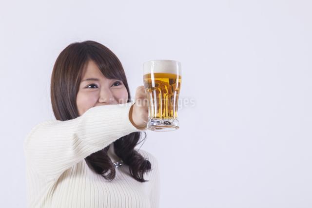 ビールを飲む女性の写真素材 [FYI04260809]