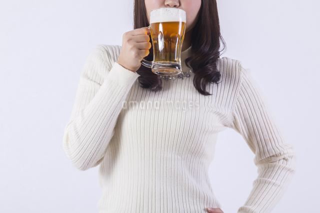ビールを飲む女性の写真素材 [FYI04260810]