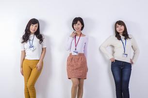 社員証をつけた女性たちの写真素材 [FYI04260812]