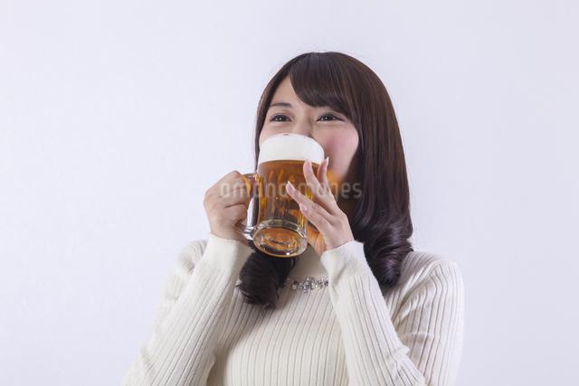 ビールを飲む女性の写真素材 [FYI04260813]