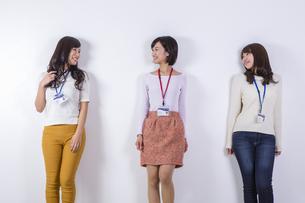 社員証をつけた女性たちの写真素材 [FYI04260814]