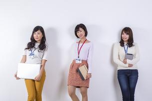社員証をつけた女性たちの写真素材 [FYI04260816]