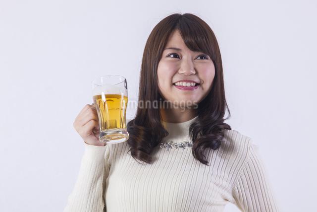 ビールを飲む女性の写真素材 [FYI04260817]