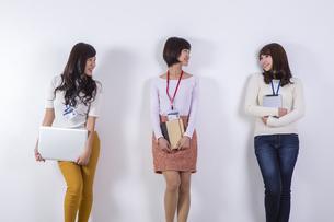 社員証をつけた女性たちの写真素材 [FYI04260818]