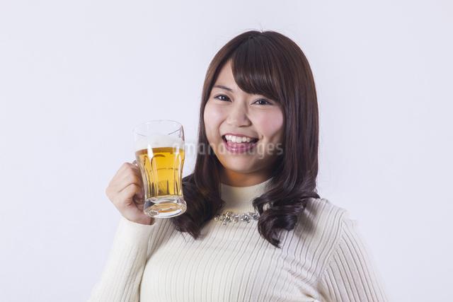 ビールを飲む女性の写真素材 [FYI04260819]