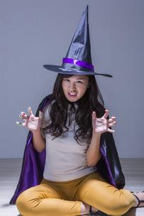 魔女のコスチュームを着た女性の写真素材 [FYI04260848]