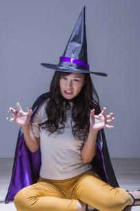魔女のコスチュームを着た女性の写真素材 [FYI04260851]