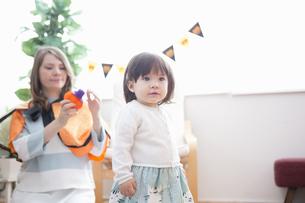 ハロウィンの飾りつけをした部屋の親子の写真素材 [FYI04260879]
