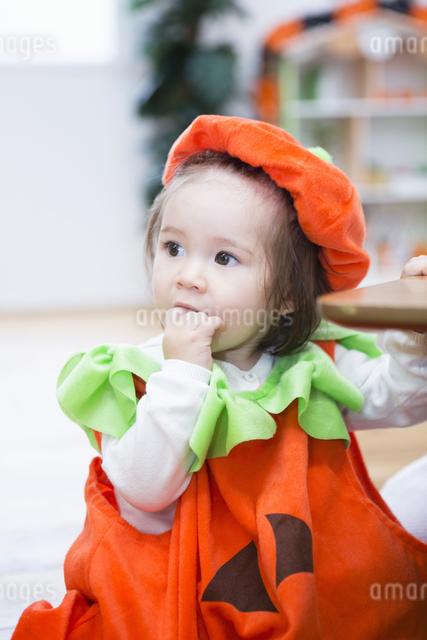 ハロウィンの飾りつけをした部屋の女の子の写真素材 [FYI04260947]