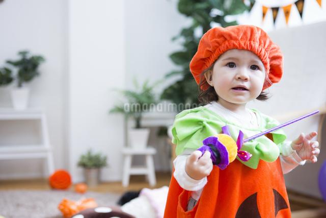 ハロウィンの飾りつけをした部屋の女の子の写真素材 [FYI04260951]