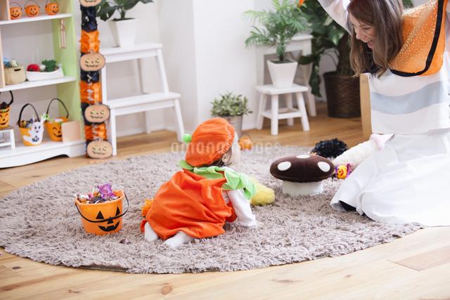 ハロウィンの飾りつけをした部屋の親子の写真素材 [FYI04260965]
