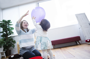 部屋で遊ぶ親子の写真素材 [FYI04260985]