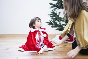 クリスマスのコスチュームを着る親子の写真素材 [FYI04261010]