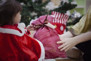 クリスマスのコスチュームを着る親子の写真素材 [FYI04261037]