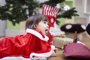 クリスマスのコスチュームを着る女の子の写真素材 [FYI04261040]