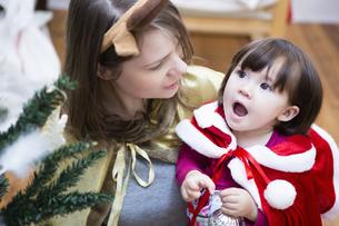 クリスマスのコスチュームを着る親子の写真素材 [FYI04261052]