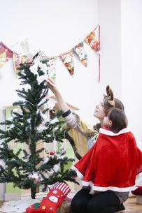クリスマスのコスチュームを着る親子の写真素材 [FYI04261060]
