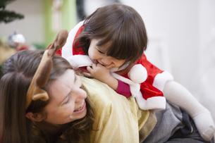 クリスマスのコスチュームを着る親子の写真素材 [FYI04261066]