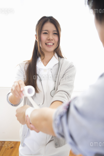看護師の女性の写真素材 [FYI04261224]