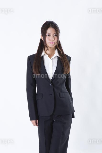 スーツを着た女性の写真素材 [FYI04261264]