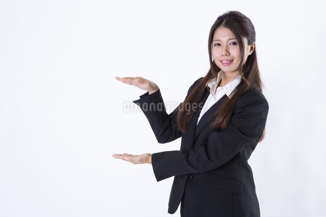 スーツを着た女性の写真素材 [FYI04261285]