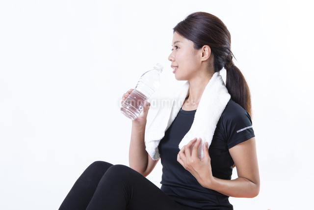スポーツウェアを着た女性の写真素材 [FYI04261319]