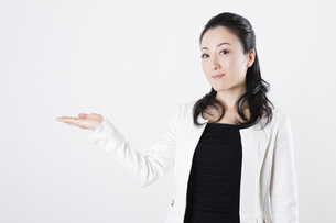 女性のポートレートの写真素材 [FYI04261528]