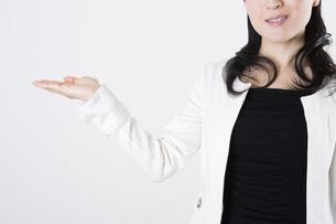 女性のポートレートの写真素材 [FYI04261531]