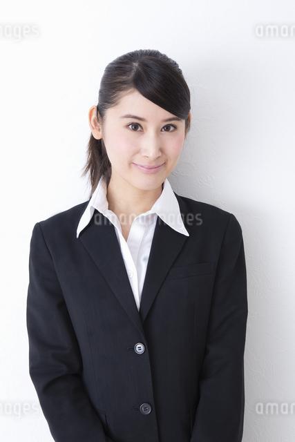 スーツを着た女性の写真素材 [FYI04261833]