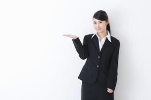 スーツを着た女性の写真素材 [FYI04261859]