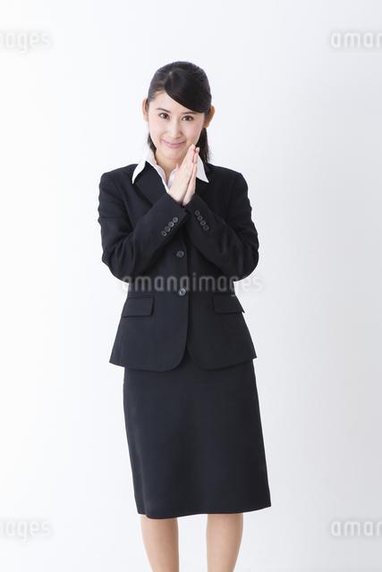 スーツを着た女性の写真素材 [FYI04261876]