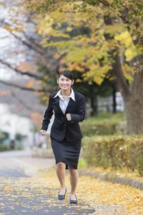 スーツを着た女性の写真素材 [FYI04261915]