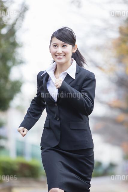 スーツを着た女性の写真素材 [FYI04261916]