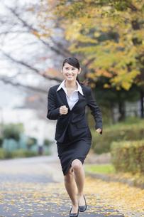 スーツを着た女性の写真素材 [FYI04261917]