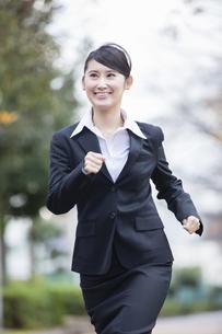 スーツを着た女性の写真素材 [FYI04261918]