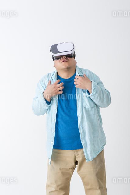 VRをつけた男性の写真素材 [FYI04262121]