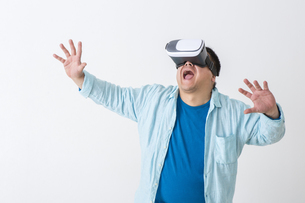 VRをつけた男性の写真素材 [FYI04262123]