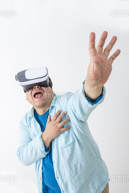 VRをつけた男性の写真素材 [FYI04262125]