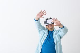 VRをつけた男性の写真素材 [FYI04262130]