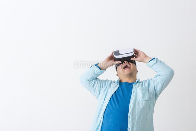 VRを持った男性の写真素材 [FYI04262133]
