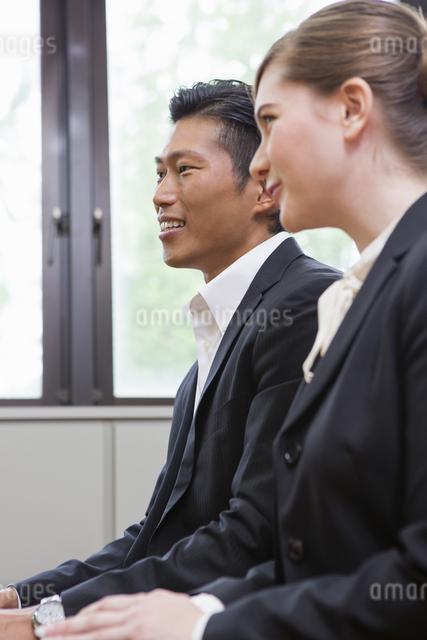 並んで座るビジネスパーソンの写真素材 [FYI04262266]