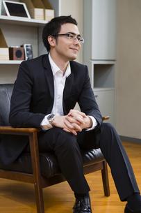 座りながら話を聞くビジネスマンの写真素材 [FYI04262269]