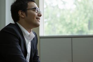座りながら話を聞くビジネスマンの写真素材 [FYI04262272]