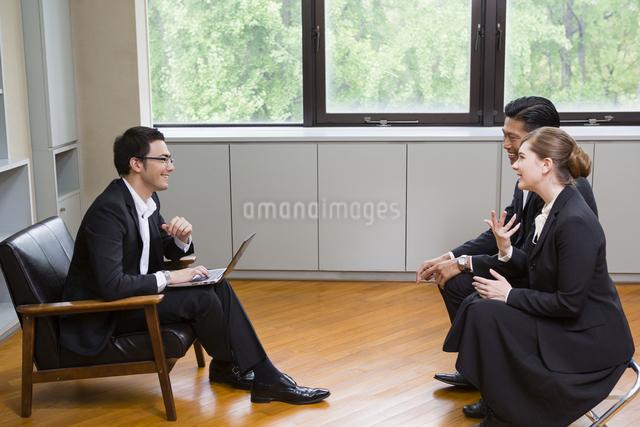 向かい合って座るビジネスパーソンの写真素材 [FYI04262274]