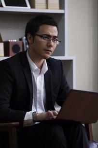 座りながら話を聞くビジネスマンの写真素材 [FYI04262297]