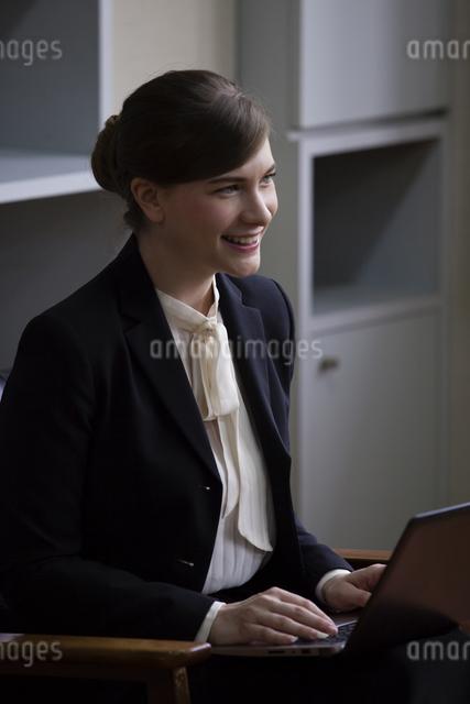 座りながら話すビジネスウーマンの写真素材 [FYI04262319]