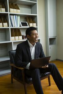 革張りの椅子に座るビジネスマンの写真素材 [FYI04262322]