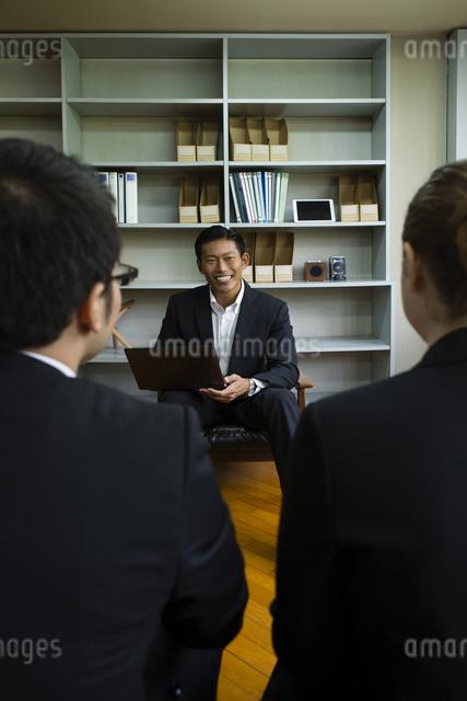 並んで座るビジネスパーソンの写真素材 [FYI04262324]